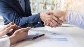 Obchodní handshake dvou mužů, které prokazují svůj souhlas s