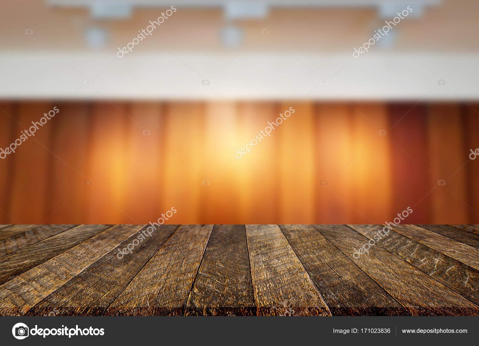 Mesa de madera vacía y café reservado borrosa de fondo claro ...