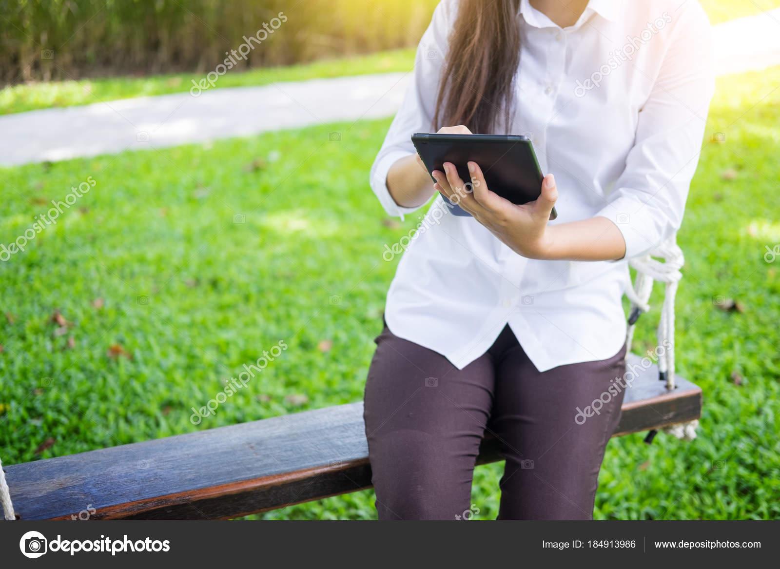 Femmes Utilise La Tablette De Travail En Position Couchee Sur Un Lit
