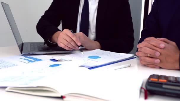 4k video Starší podnikatel spolupracovník vysvětlující nové on-line obchodní trendy a diskutovat informace s kolegou, Teamwork koncept