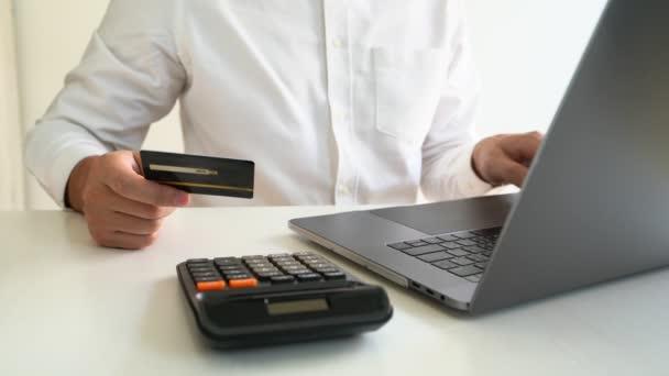 4k videó a Hands holding hitelkártya és a laptop otthoni irodai, fizetési és online vásárlási koncepció