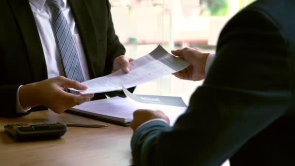 4k-Video eines attraktiven Mannes, der den Geschäftsführern während des Bewerbungsgesprächs sein Profil erklärt, Rekrutierungsprozess