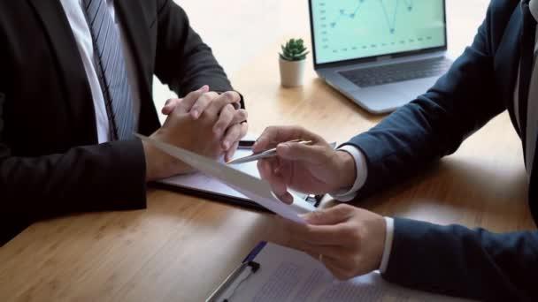 4k video Job interview s korporátní mluvit o během o kolokviu jeho profil obnovit obchodní manažer v kanceláři, zaměstnání a náboru koncepce.