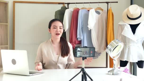 4k Atraktivní video mladé ženy blogger nahrávání nového obsahu pro vlog udržování video blog pro ženy módní kanál.
