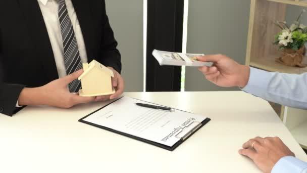 4k video realitní developer Agent a podepsat dokument dává nový dům, realitní agent dává nabídku kupujícímu