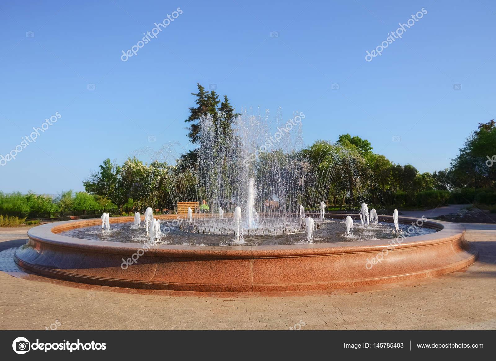 Granit Springbrunnen Im Park Von Uljanowsk Stockfoto