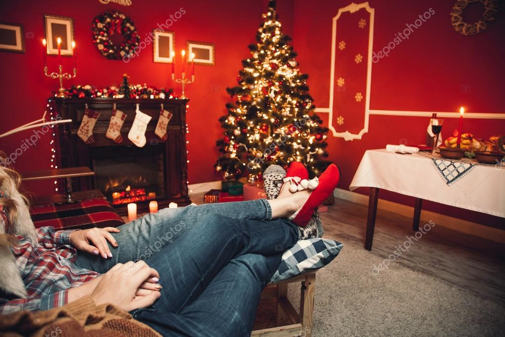Liebespaar in der Weihnachts-Zimmer — Stockfoto © Mikhail_Kayl ...