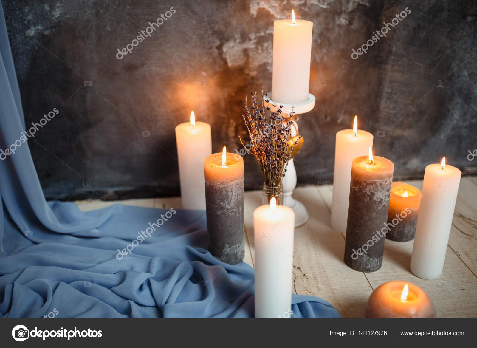 Perfekt Romantische Interieur Zum Valentinstag Mit Kerzen Lichter Brennen Im Zimmer  U2014 Stockfoto