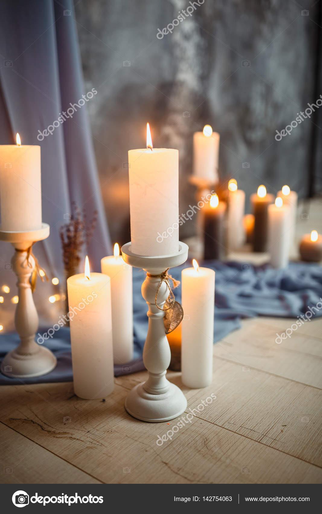 romantische interieur zum valentinstag mit kerzen lichter brennen im zimmer stockfoto. Black Bedroom Furniture Sets. Home Design Ideas
