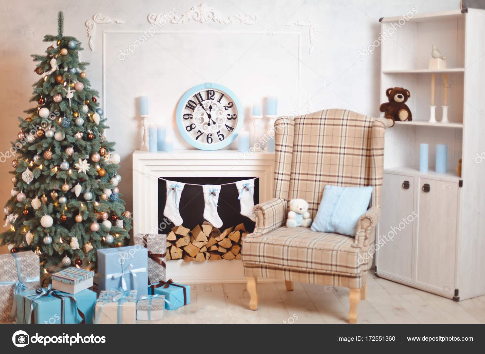 Kerstboom open haard met brandhout u stockfoto mikhail kayl
