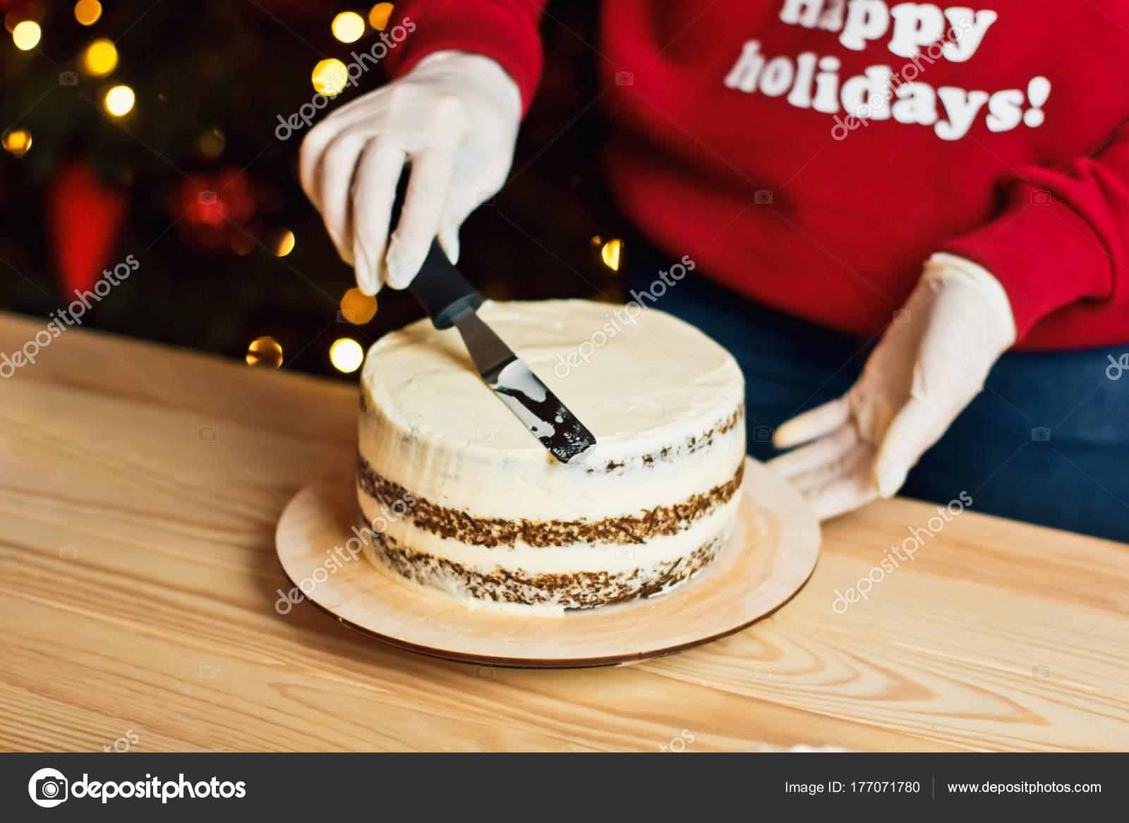 Kersttrui Meisje.Een Meisje Een Rode Kerst Trui Thuis Bereidt Een Taart Stockfoto