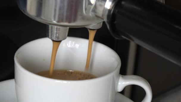 Hogy egy csésze eszpresszót, hab és a csepp kávéfőző