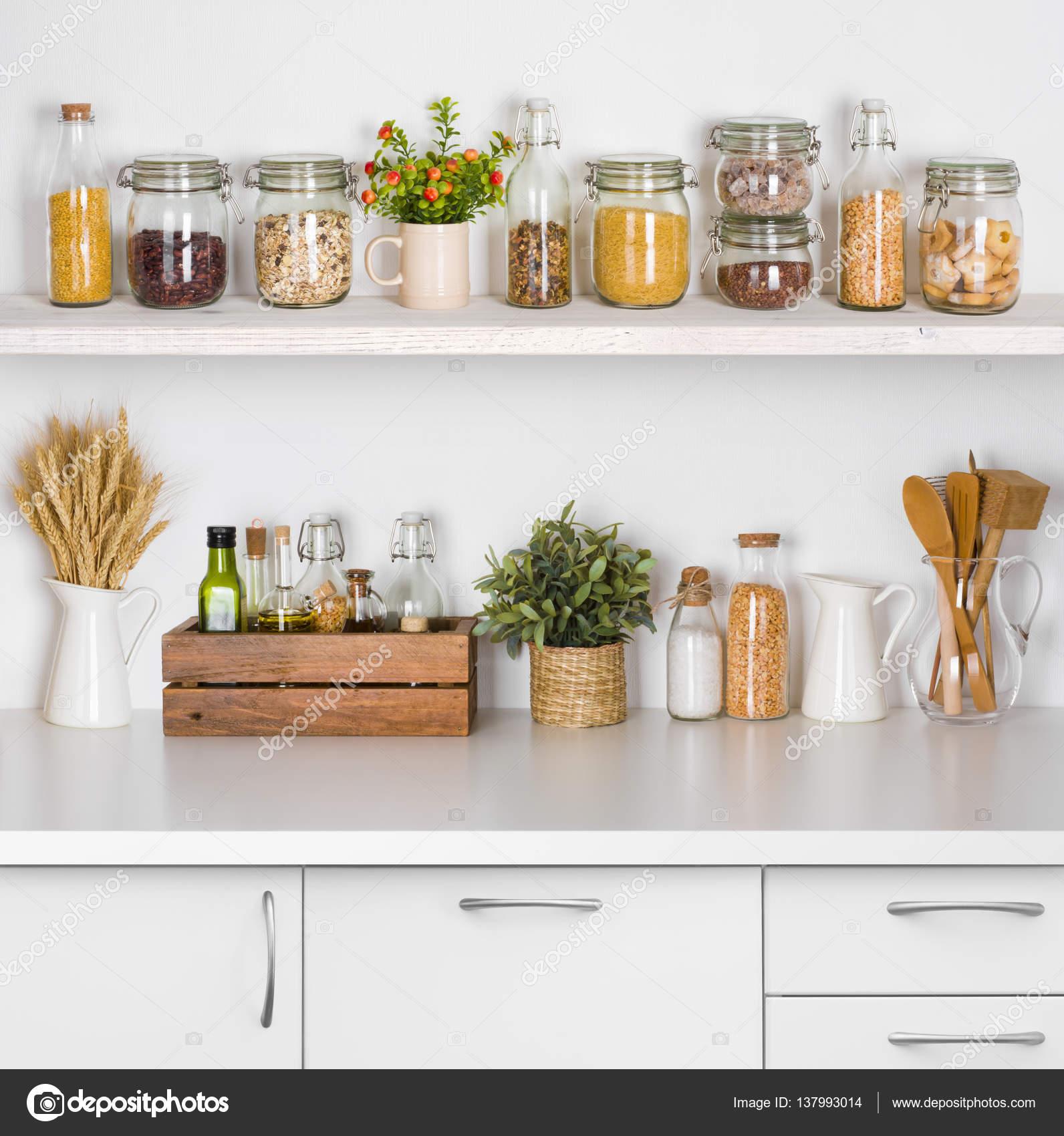 Pad konyha polcok fehér háttér a különböző élelmiszer ...