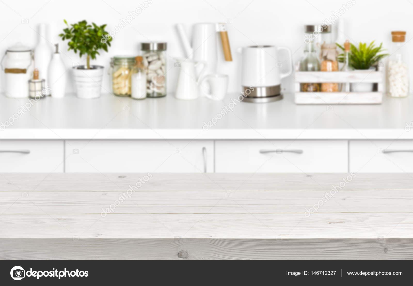 Holzbohlen Tabelle über verschwommenes Bild der Küche Bank Interieur ...