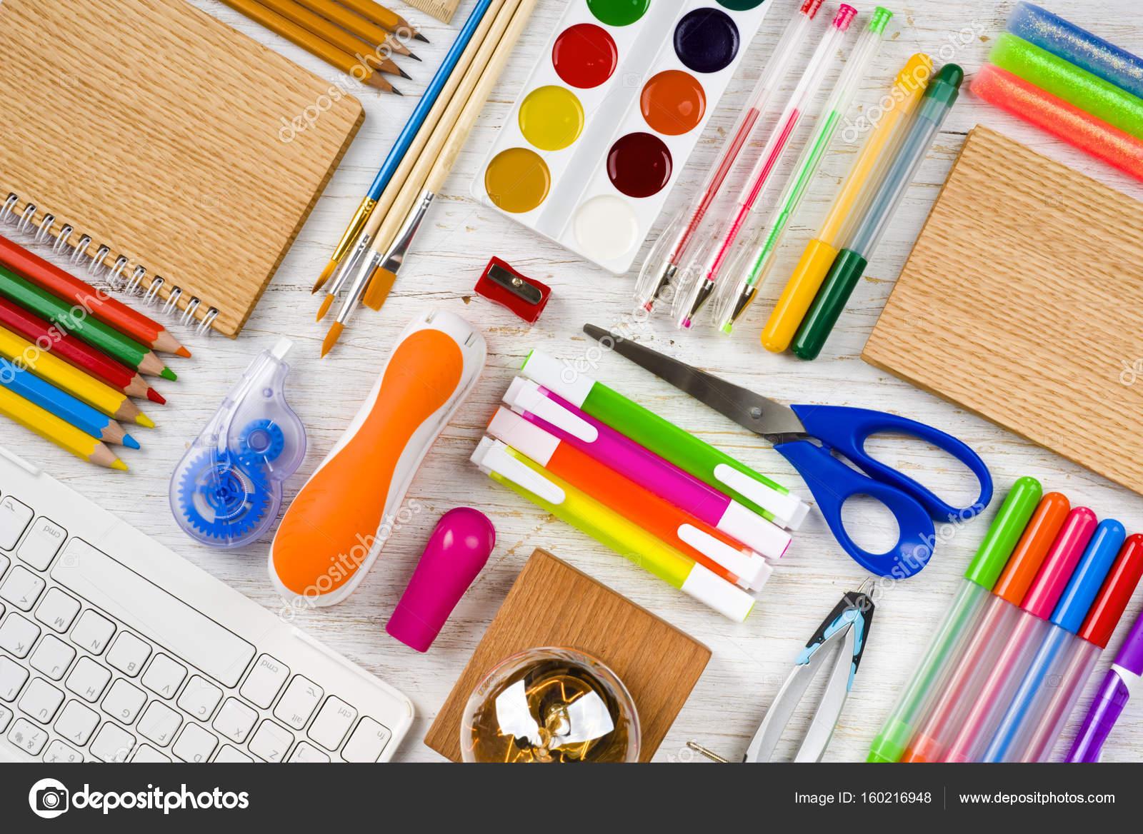 Vue de dessus de bureau et école fournitures de bureau sur table en