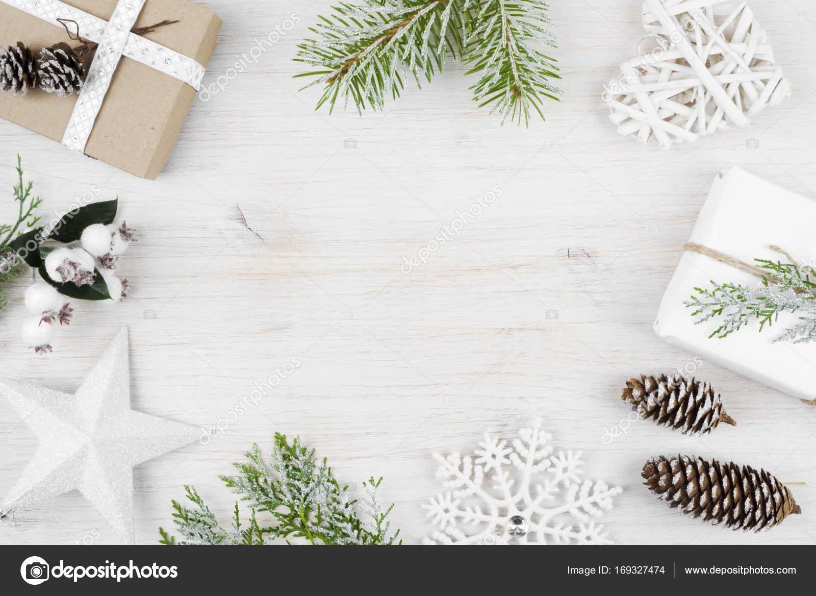 décoration de noël, des cadeaux, des branches de cyprès givré