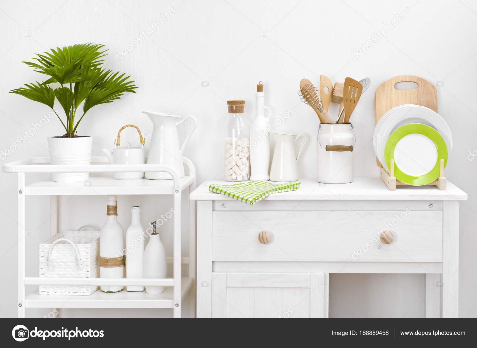 Verschiedene Küchengeräte Und Werkzeuge Mit Eleganten Weißen Vintage ...
