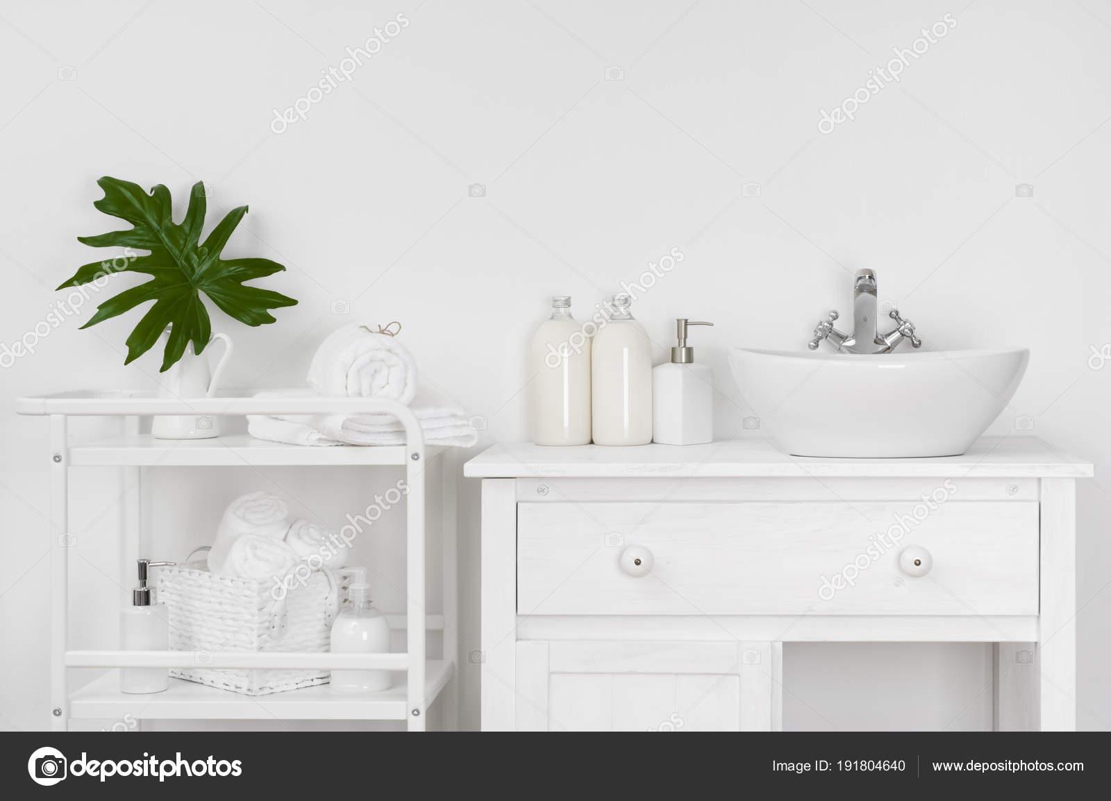 Salle De Bain Mur Blanc ~ int rieur salle bains avec mur blanc meubles vintage serviettes bain