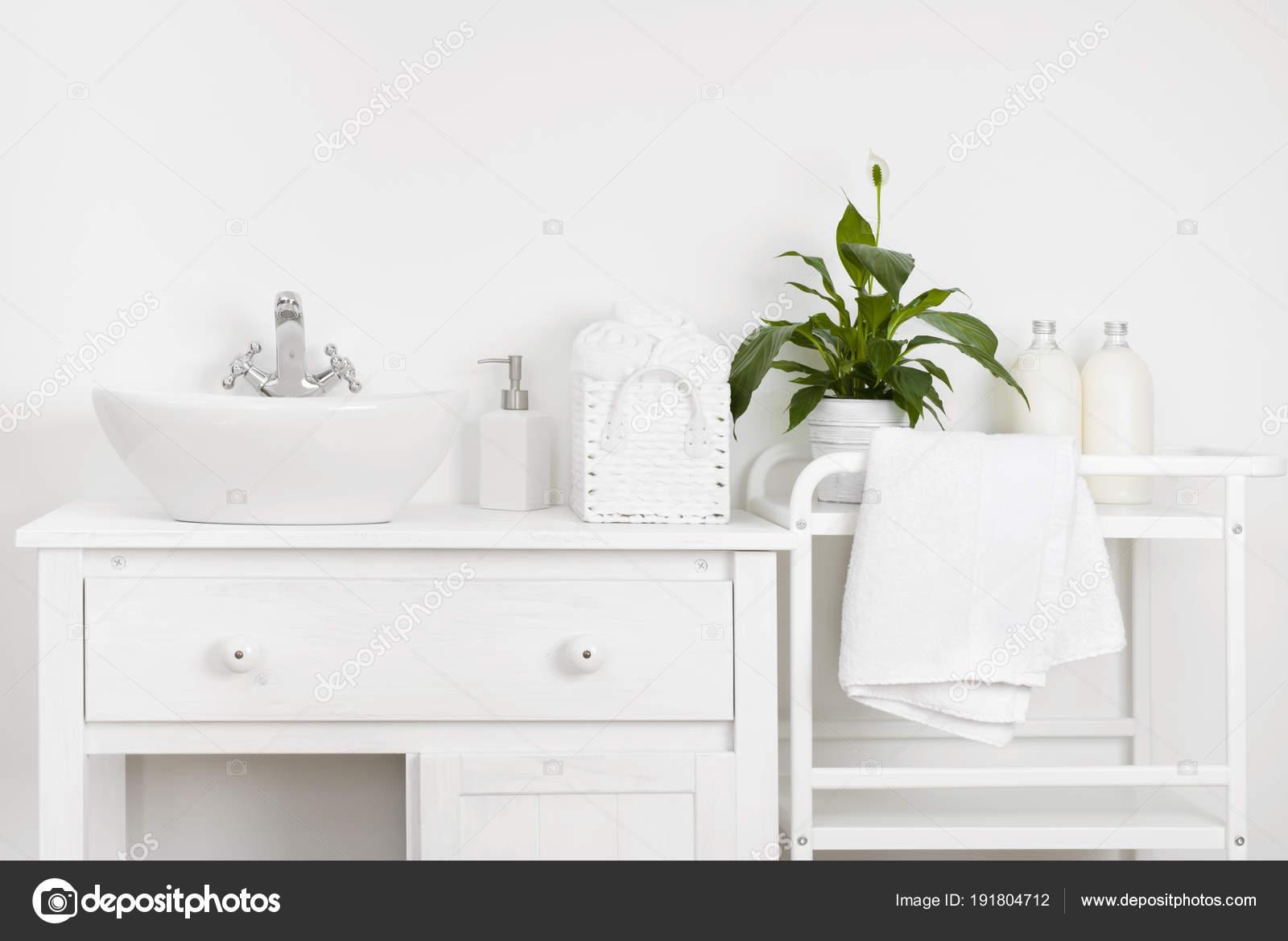 Mobile Bagno Compatto : Interno bagno compatto con mobili vintage bianco mensola