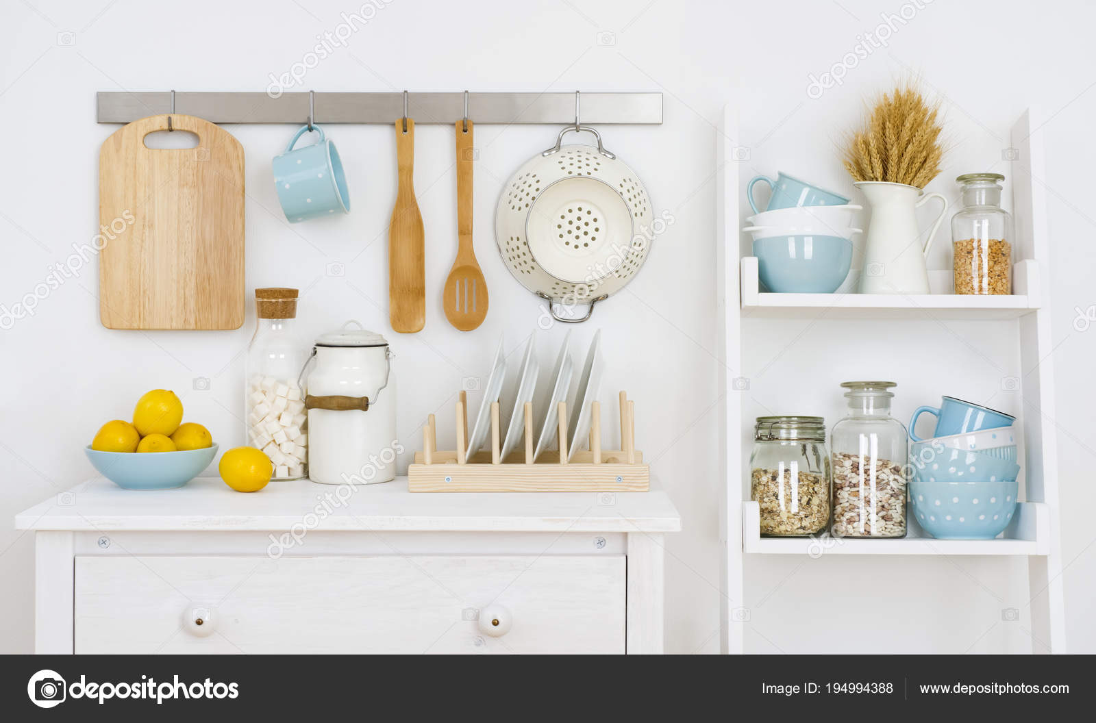 Küchenwand Verziert Innen Mit Schrank Und Regal Mit Utensilien ...