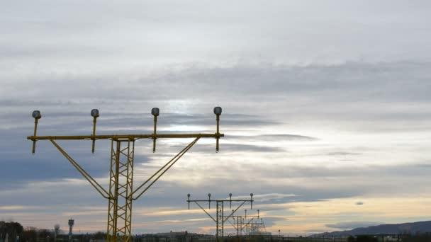 tryskové letadlo se blíží přistání na letiště v Barceloně