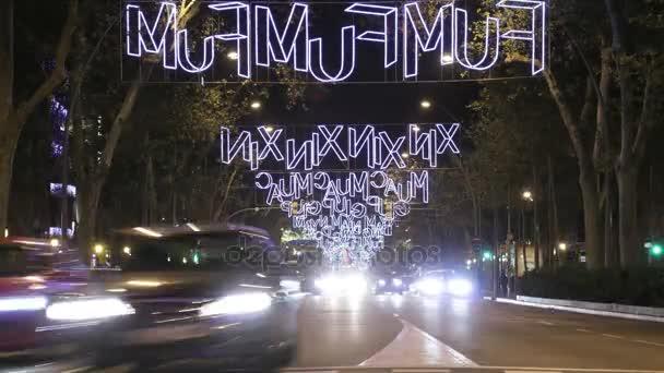 Barcelona vánoční ulici světla dekorace a provoz. Čas zanikla vozidla na ulice a náměstí města v době Vánoc. Auta, kamiony, motocykly, jízdní kola, autobusy, taxíky a chodce běh přes ulicích města v noci