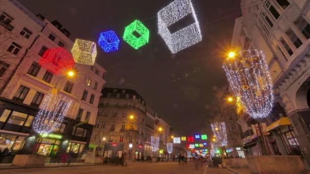 Kleurrijke kerst verlichting op de straten van Brussel. Kerstsfeer ...