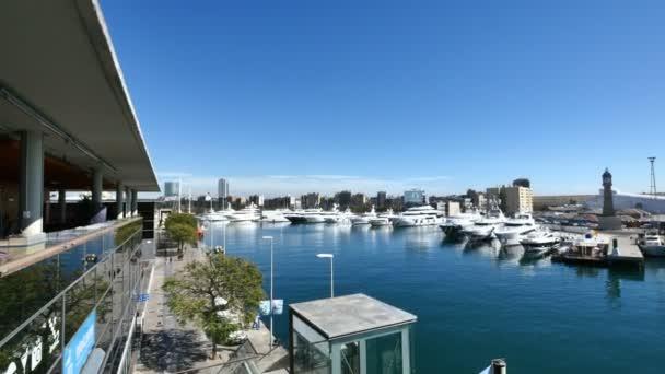 Barcelona Port Vell panoramatický pohled. Panoráma v okrese Barcelona Port Vell. Plachetnice a sportovní lodě v přístavu. Světové obchodní centrum, budova u moře