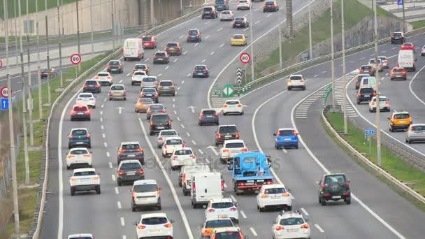 Dálnice dopravní automobily řízení zvýšenými pohledu na více Lane Speedway.Highway se silným provozem v dopravní špičce. Silný provoz za soumraku. Auta jedou velkou rychlostí. Skvělé řízení, podnikové, města nebo městských myšlenky.
