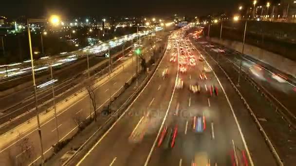 Dálnice dopravní automobily řízení časová prodleva na více Speedway.Time Lane končí silnice se silným provozem v dopravní špičce. Silný provoz za soumraku. Auta jedou velkou rychlostí. Skvělé řízení, podnikové, města nebo městských myšlenky.
