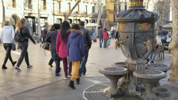 Barcelona, Spanyolország-Ramblason Boulevard La Rambla. Április, 17 2018