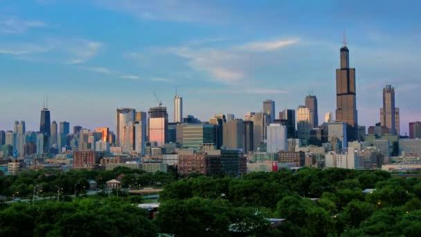 Golden Chicago Skyline Lapse a Sunset.Video timelapse di grattacieli del Chicago centro da sud-ovest del quartiere finanziario del centro città. Impressionante città centro skyline di Chicago di notte in Stati Uniti dAmerica. Grattacieli illuminati Usa