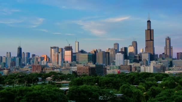 Golden Chicago Skyline Lapse a Sunset.Video timelapse di grattacieli del Chicago centro da sud-ovest del quartiere finanziario del centro città. Impressionante città centro skyline di Chicago di notte in Stati Uniti dAmerica. Grattacieli illuminati Usa.