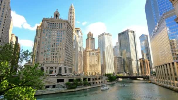 Chicago grattacieli che riflette tramonto sulle sue facciate Time Lapse. Video timelapse di grattacieli del Chicago centro presso il quartiere finanziario di centro città in Stati Uniti dAmerica. Vista del fiume di Chicago dal Ponte Michigan al tramonto.