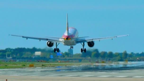 Iberia Airlines Jet letadlo se blíží přistání. Iberia cestující jet. Tryskové letadlo se blíží přistání na letišti v Barceloně. Komerční dopravní letadlo na letu. Osobní letadlo letící oblohou. Letadla přistávající na letišti v Barceloně.