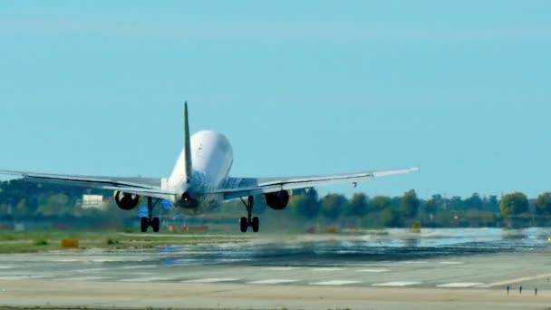 Vueling Airlines Jet letadlo se blíží přistání. Vueling cestující jet. Tryskové letadlo se blíží přistání na letišti v Barceloně. Komerční dopravní letadlo na letu. Osobní letadlo letící oblohou. Letadla přistávající na letišti v Barceloně