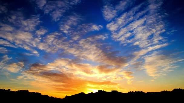 Színes felhõ félelmetes naplemente idő telik el. Szép felhők a naplemente idő telik el. Robbanás-ból befest-on sunset. Színes alkonyatkor. Drámai vörös ég. Félelem a felhők a naplemente. Látványos és csodálatos naplemente.