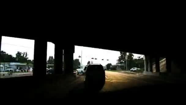 Road Rage vysoké rychlosti jízdy v Florida.Time zanikla jízdy v Florida ulice a silnice v létě. Nádherný, vysokoenergetické nás silnice časová prodleva. Dobré pro video pozadí. Skvělá jízda, firemní, města nebo městských scénický v Usa