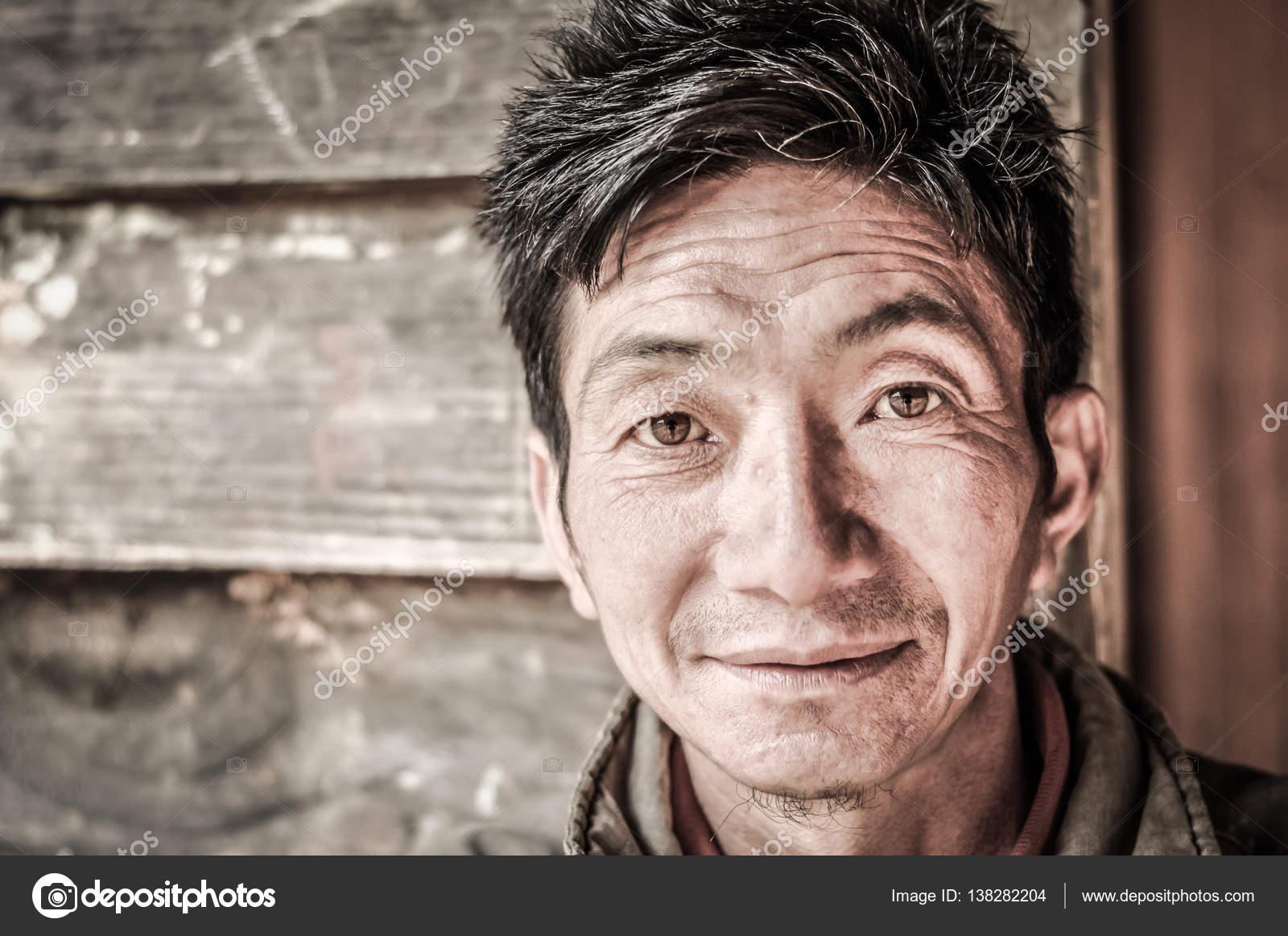 Uomo capelli neri occhi castani