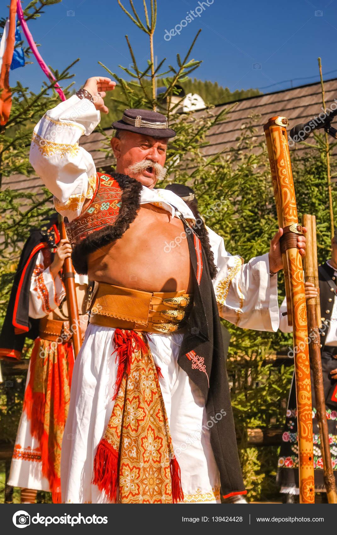 Costume Folklorique homme de chant en costume folklorique en slovaquie — photo