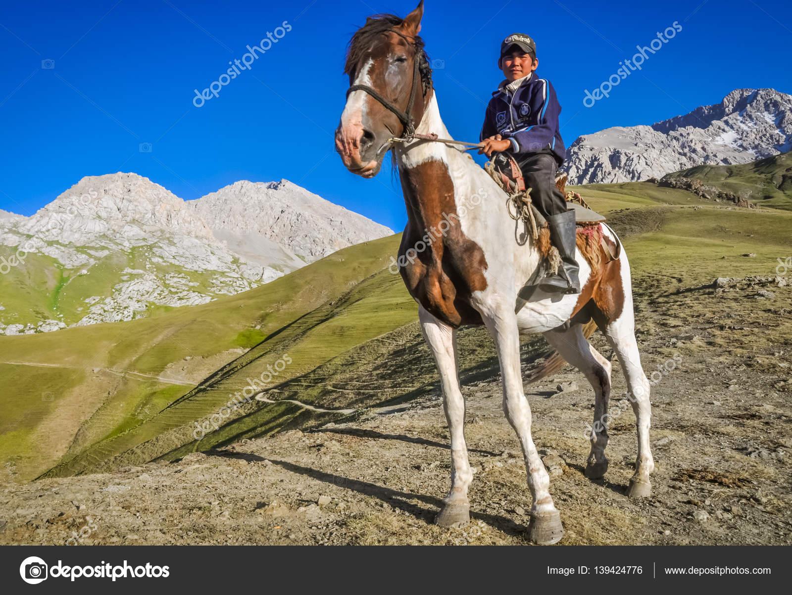 çocuk Atı Kırgızistan Ile Stok Editoryel Fotoğraf Michalknitl