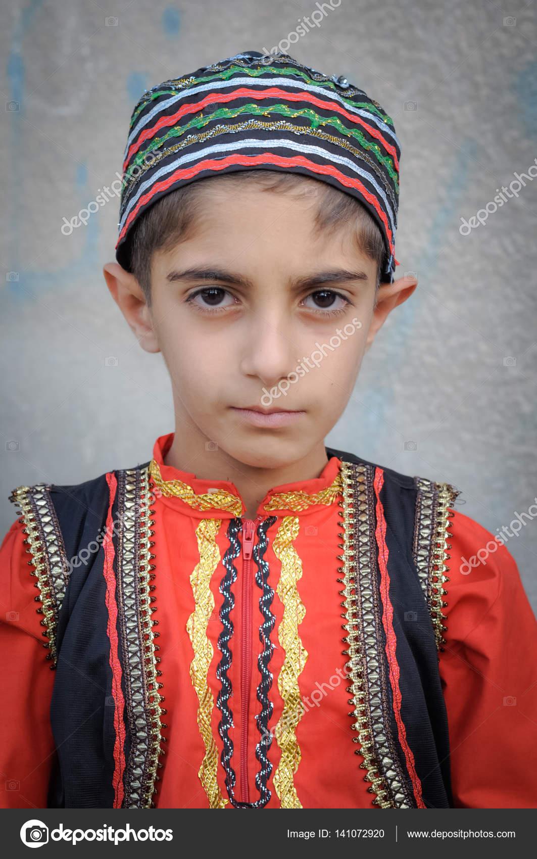 Costume Folklorique garçon iranien en costume folklorique en iran — photo éditoriale