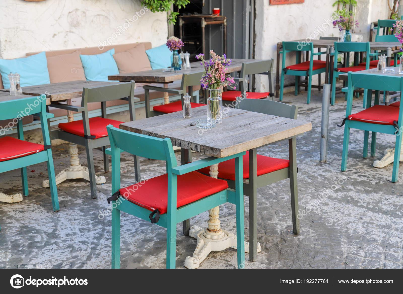 Tavoli sedie bar ristoranti fuori u foto stock omeryontar