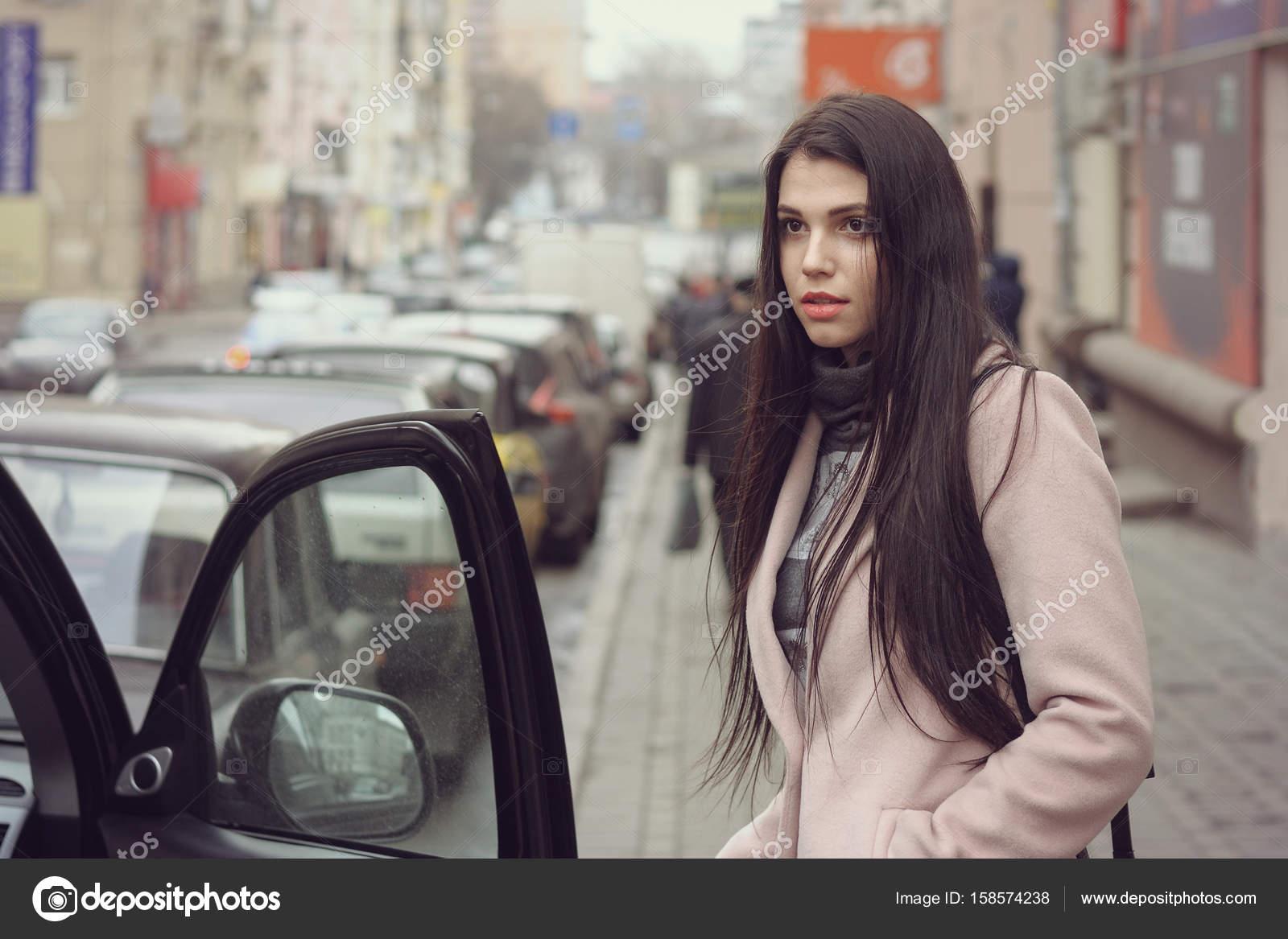 devushka-saditsya-na