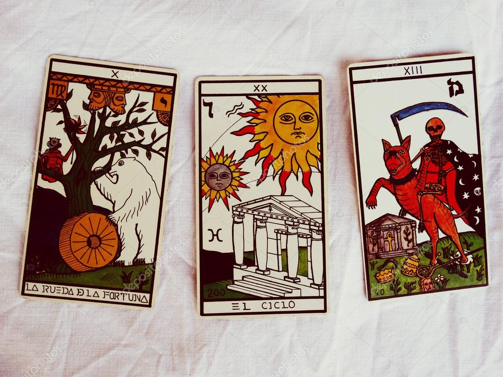 Predicción por adivino en las cartas del Tarot — Foto editorial de ...