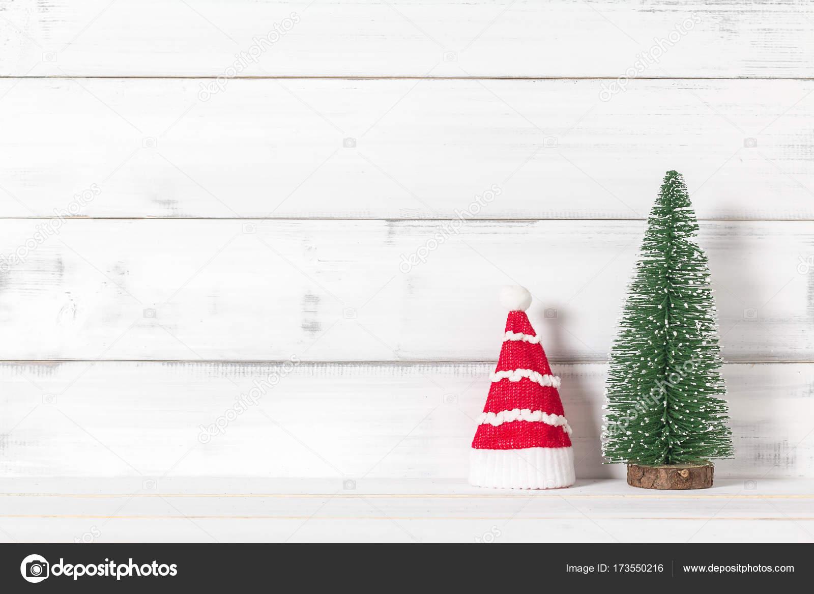 Kerstman Hoed Met Kerstboom Op Wit Hout Over Witte Rus Stockfoto