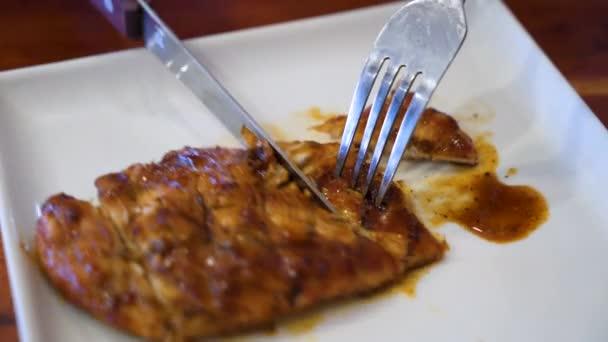 Krájení na plátky grilovaného kuřete na servírovací talíř