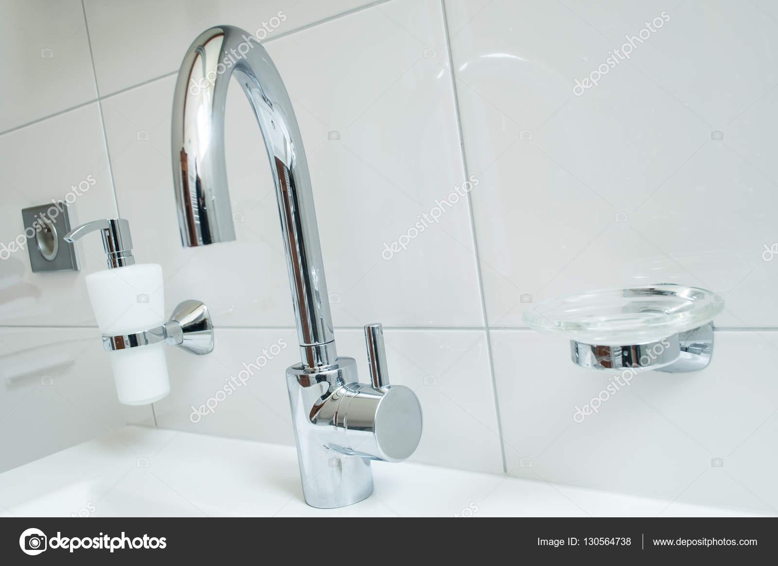 mit Chrom Wasserhahn und ein weißes Badezimmer Sanitär — Stockfoto ...