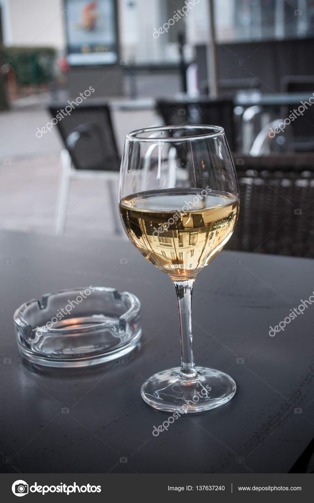 Vaso De Vino Blanco En Terraza Al Aire Libre Fotos De