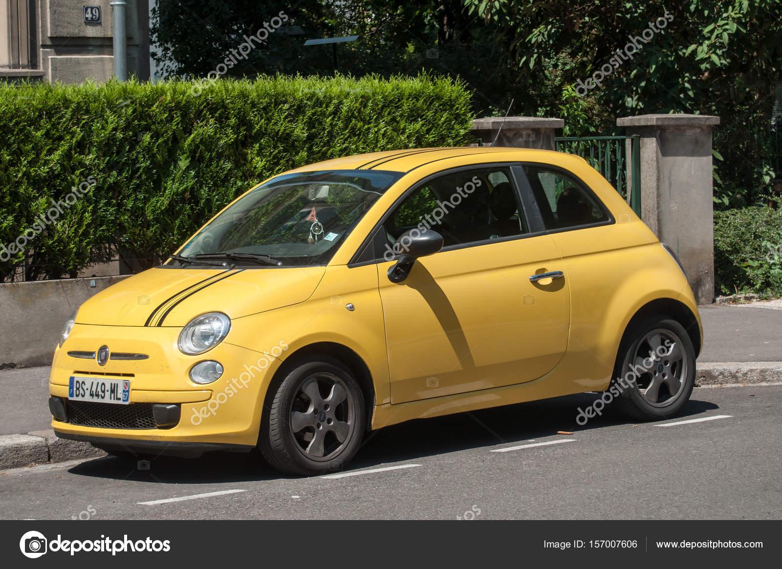 W superbly Fiat 500 żółty kolor zaparkowany na ulicy - Zdjęcie stockowe VK91